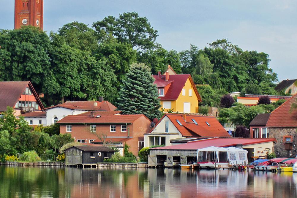 Blick vom Haussee auf das Ferienhaus Zeitlos am Haussee